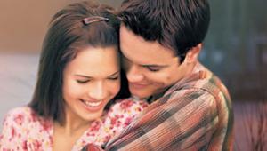 Casal de 'Um Amor Para Recordar' se encontra e recria foto clássica