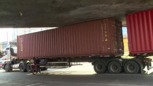 Carreta 'entala' debaixo de viaduto na região central de SP