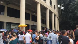 Muita fila e confusão com cambistas marcam vendas de Sandy & Junior em SP