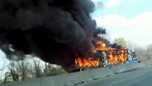 Motorista ateia fogo em ônibus com 51 crianças na Itália