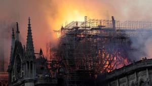Curto-circuito em elevador de andaime teria causado incêndio na Notre-Dame