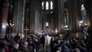 Depois de incêndio na Notre-Dame, franceses comemoraram Páscoa em outro local