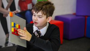 Lego anuncia peças em braile para desenvolver habilidades de crianças cegas