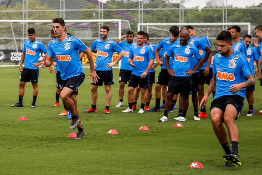 Danilo Avelar volta a treinar no Corinthians