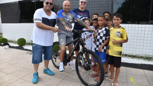 Após ter bicicleta roubada, Sampaoli ganha uma nova do Santos