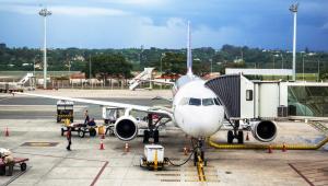 Aeromoça derruba bandeja de bebidas e dez passageiros se ferem durante forte turbulência; assista