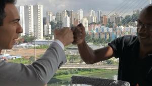 César Tralli homenageia funcionário que limpa vidros de estúdio da Globo