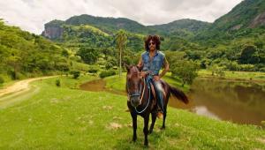 Lenny Kravitz exibe sua fazenda no Rio de Janeiro em vídeo; confira