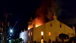 Incêndio atinge Igreja Matriz de Monte Santo, na Bahia