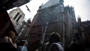 Notre-Dame: Polícia encontra bitucas de cigarro em andaimes onde incêndio começou