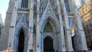 Homem é preso por tentar entrar em Catedral de Nova York com gasolina