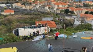 Ônibus turístico cai sobre casa em Portugal; governo confirma 28 mortos