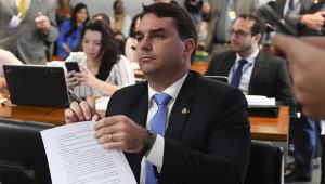 Villa: Ninguém quer atingir o presidente, foco de investigação é Flávio Bolsonaro