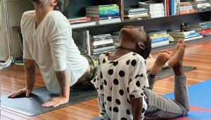 Bruno Gagliasso posta momento fofo com Titi durante ioga: 'Aprendendo juntos'