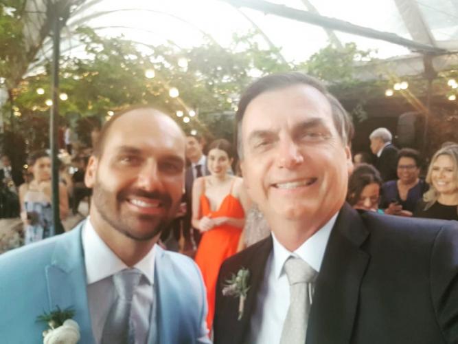 Jair Bolsonaro vai ao casamento do filho Eduardo e brinca: 'Entra no time dos homens sérios'
