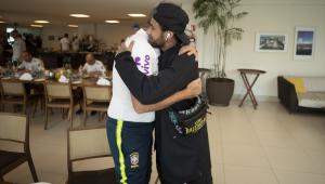 Neymar chega à Granja de helicóptero, abraça Tite e é celebrado: 'Ele nos traz alegria'