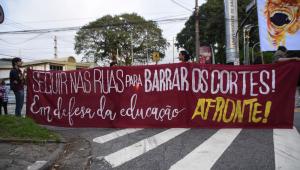 Alunos, professores e funcionários fazem protesto contra cortes na Educação, em frente à entrada da Universidade de São Paulo (USP), Zona Oeste de São Paulo (SP), na manhã desta quarta-feira (15).