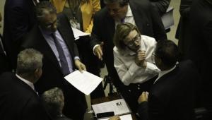 Maria do Rosário empurra para dizer que foi agredida