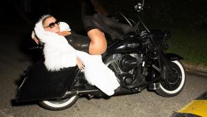 Xuxa aparece provocante em foto de Junno Andrade: 'Rainha da p* toda'