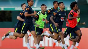 Arthur treina e deve voltar à seleção brasileira diante da Venezuela
