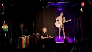 Taylor Swift faz show surpresa em histórico bar gay de Nova York; assista