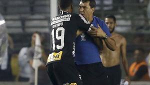 Carille acusa árbitro e explica confusão no fim da partida: 'Sem educação comigo'
