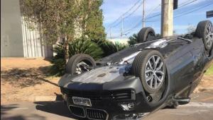Meia são-paulino Igor Gomes capota carro, mas escapa ileso de acidente