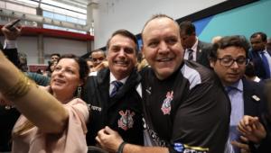 Eduardo posta foto de Bolsonaro com camisa do Corinthians: 'Pode isso?'
