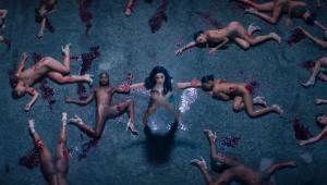 Cardi B lança o clipe de 'Press' com muito nude e sangue; confira