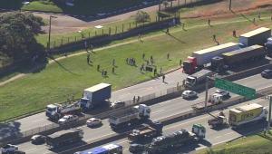 Acidente com 8 veículos interdita parte da Via Dutra, em São Paulo