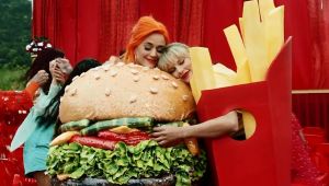 'You Need to Calm Down': Taylor Swift e Katy Perry fazem as pazes em clipe