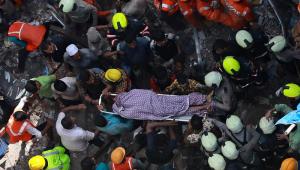 Pelo menos duas pessoas morrem em desabamento de prédio na Índia; dezenas podem estar sob escombros