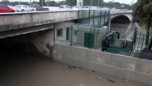 Chuva causa alagamento na marginal Tietê