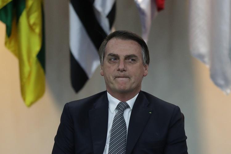 Em frente ao Palácio da Alvorada, Bolsonaro questiona pessoas: 'Vamos fechar a Ancine ou não?'