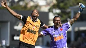 Sidão substitui goleiro com febre e tem nome gritado pela torcida do Vasco após virada: 'Melhor do Brasil'