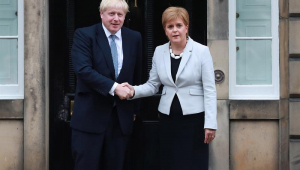 Primeira-ministra da Escócia, Nicola Sturgeon, e Boris Johnson