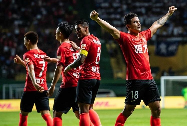 Show brasileiro! Com 3 de Elkeson e um de Paulinho, líder Guangzhou goleia na China; assista