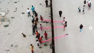 gangorra-e-instalada-em-fronteira-mexico-eua.jpg
