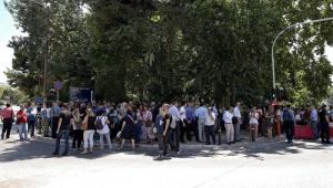 Terremoto derruba dez prédios e deixa pessoas presas em elevadores em Atenas; ninguém ficou ferido