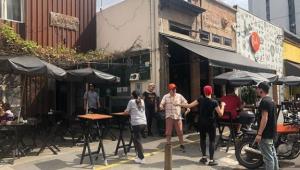 Mulheres protestam em frente à hamburgueria acusada de apologia à violência contra a mulher