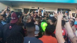 Flamengo é alvo de protesto em embarque: 'Tão se ca***** tudo dentro do busão!'