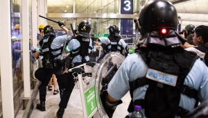 Pelo 16º fim de semana seguido, Hong Kong é palco de protesto e confrontos
