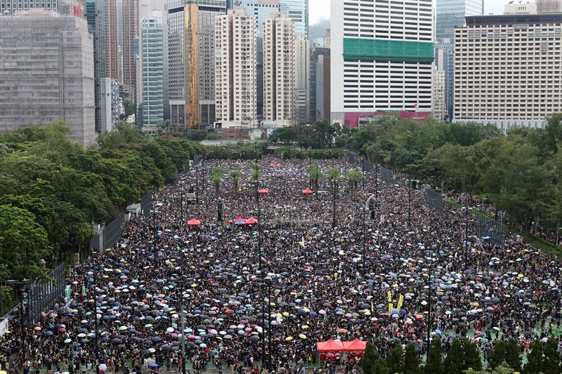 Facebook e Twitter removem contas feitas pela China para minar atos em Hong Kong