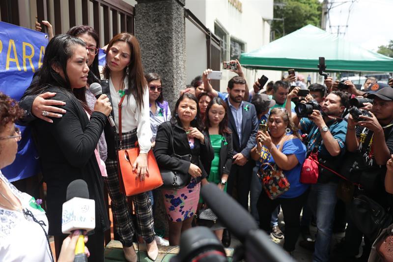 Jovem que passou 33 meses presa após sofrer aborto é absolvida em El Salvador
