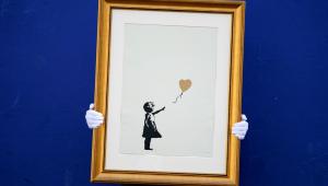 Gravuras de Banksy são expostas antes de leilão em Londres