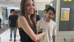 Angelina Jolie deixa filho mais velho em universidade; assista