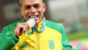 Em dia de 3 medalhas no atletismo, Altobeli é ouro nos 3.000m com obstáculos