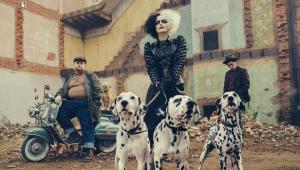 Emma Stone já garantiu seus dálmatas em primeira imagem de 'Cruella'