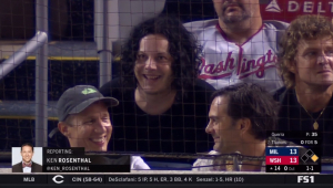 Jack White vai a jogo de beisebol, sai para fazer show e volta antes do fim