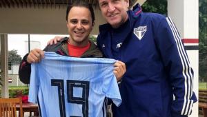 Felipe Massa vai ao treino do São Paulo e recebe camisa de Cuca